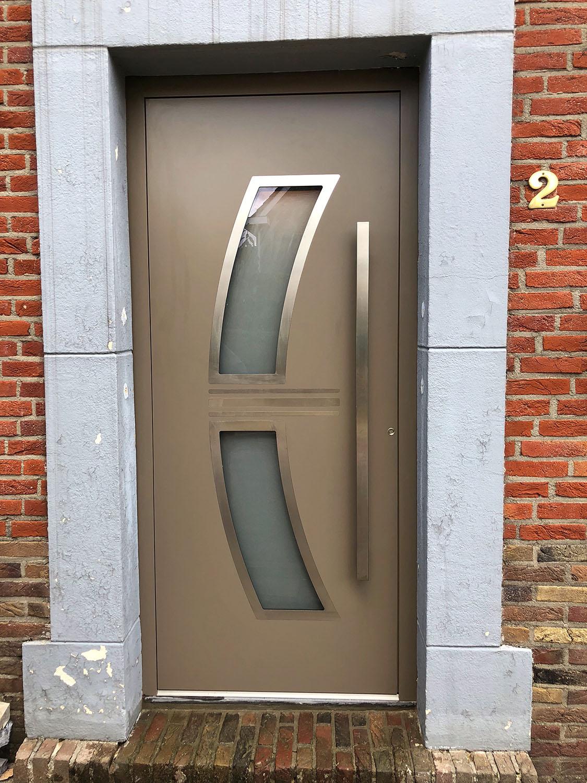 Beetje beige kleur / Alumininum. Deze deur heeft verborgen schanieren die zorgen voor een mooi rustig beeld, vleugel overdekkend inzetpanelen. Merk: Aluprof